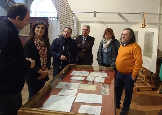 """La delegada provincial de  Cultura, Yolanda Caballero,  visita la exposición documental """"Confidencial""""."""