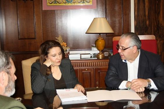 La delegada del Gobierno en Andalucía, Carmen Crespo, junto al alcalde de Andújar, Jesús Estrella.