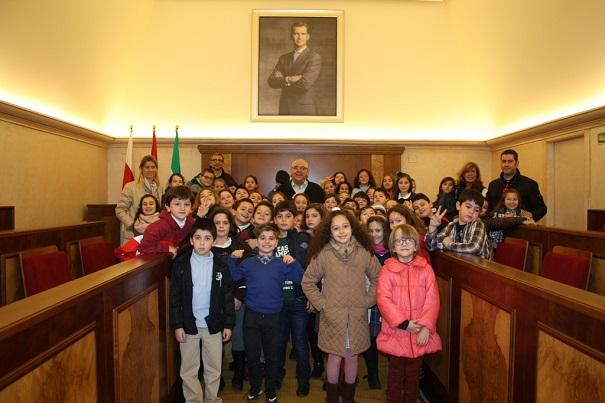 El alcalde de Andújar, Jesús Estrella, junto a los niños y profesores en el salón de plenos.