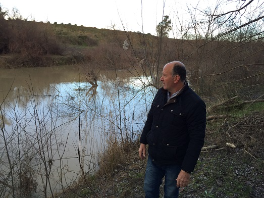 Luis Salas recorre el río Guadalquivir a su paso por Andújar.