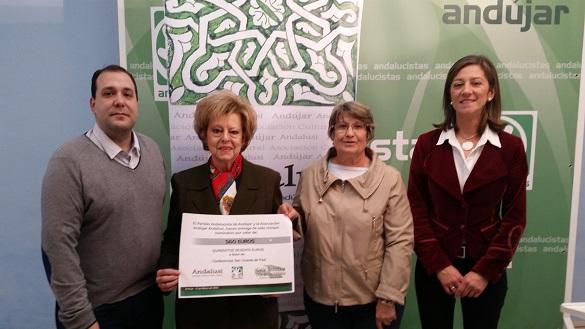 Vicenta Fernández  y Rafaela Gallego reciben el cheque de la Asociación Cultural Andújar Andalusí.