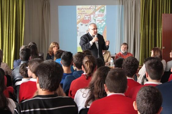 El alcalde de Andújar, Jesús Estrella, se dirige a los escolares en la Inauguración de las XXVI Jornadas de Educación Vial.