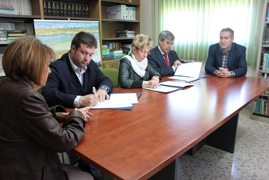 Un momento de la firma del convenio entre la consejera de Agricultura y representantes del sector oleícola.
