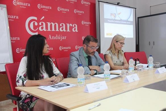 El delegado provincial de Comercio, Rafael Valdivieso, asistió a la inauguración de este taller.