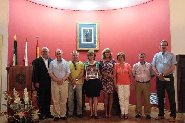 El alcalde en funciones de Andújar, Jesús Estrella, y la concejala de Educación, junto a los profesores homenajeados.