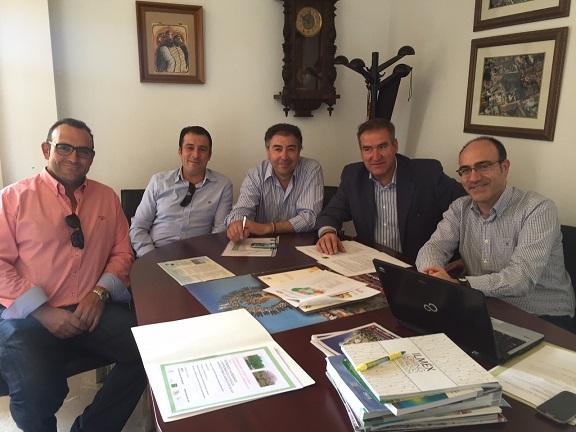El delegado territorial de Agricultura y Medio Ambiente, Sebastián Quirós, se ha reunido con miembros de la Asociación de Productores de Pistacho y Comercializadores de Jaén.