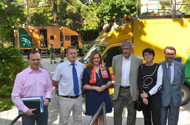 María Jesús Serrano junto a una de las unidades móviles desde donde se realiza el seguimiento 'in situ' de los siniestros forestales.