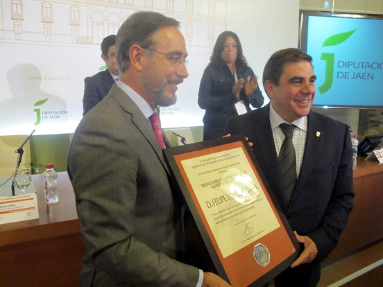 Felipe López, con el premio que le ha concedido la UIM y que le ha entregado su secretario general, Federico Castillo.