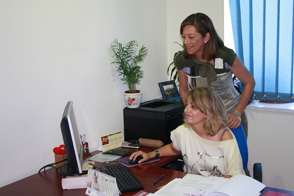 La concejala de Vivienda, Encarna Camacho, realizando su trabajo en el Ayuntamiento de Andújar.
