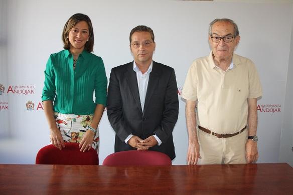 El alcalde de Andújar, Paco Huertas, junto a Encarna Camacho y Eduardo Criado.