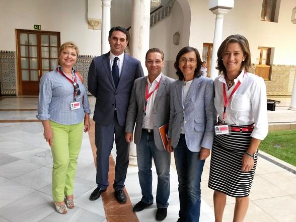 El alcalde Paco Huertas, junto a Encarna Camacho y Paqui Esteban, en su visita al Parlamento de Andalucía.
