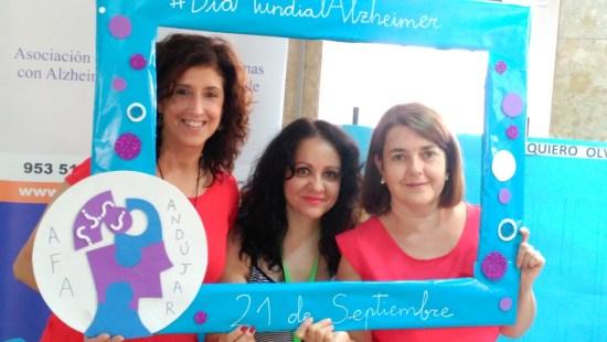 Tres profesionales sanitarias celebran el Día Mundial del Alzheimer.