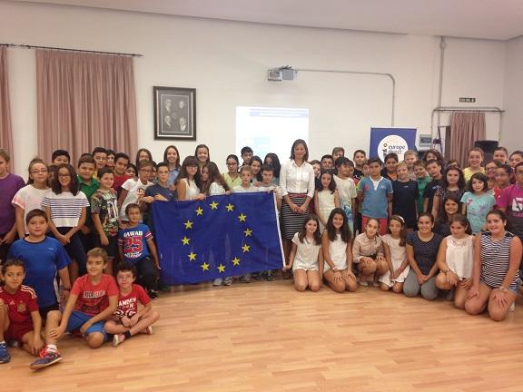 La Concejala de Promoción Local, Encarna Camacho, junto a niños del Centro Educativo SAFA.