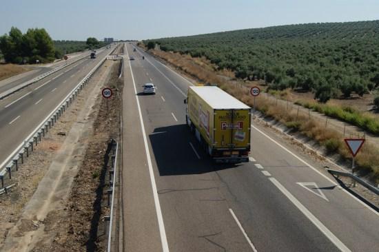 Un camión circula por la Autovía de Andalucía en la provincia de Jaén.