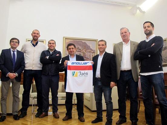 Francisco Reyes con la camiseta del CB Andújar, flanqueado por Paco Huertas y miembros de la directiva de este club.