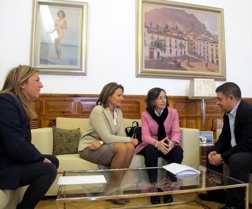Francisco Reyes mantiene una reunión con Rosa Aguilar, Ana Cobo y Pilar Salazar.