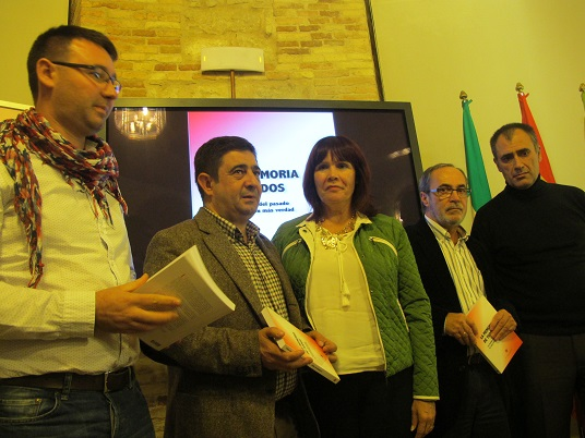 Daniel Campos, Francisco Reyes, Micaela Navarro, Carlos Perales y Salvador Artacho antes de comenzar este acto.