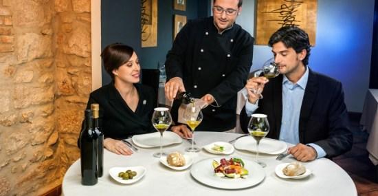 Degustación de un suculento plato en un restaurante. Foto: Diputación de Jaén.