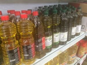 Botellas de aceite de oliva a la venta en un supermercado de la Comarca de Andújar.