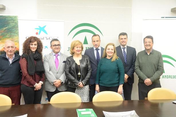 """La delegada territorial de Igualdad, Salud y Políticas Sociales, Teresa Vega, junto a representantes de """"la Caixa"""" y Cajasol y de las tres asociaciones beneficiarias."""
