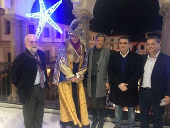 El alcalde de Andújar, Paco Huertas, y demás concejales posan junto al Heraldo Real. Foto: Ayto. de Andújar.