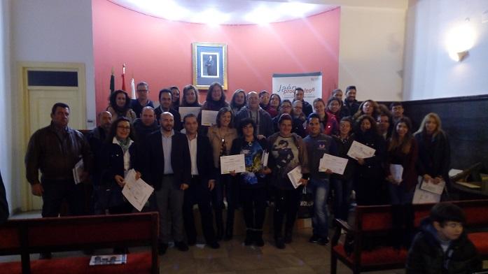 Manuel Hueso, Francisco Huertas y Encarna Camacho, junto a los alumnos de estos cursos.