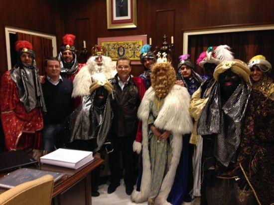 El alcalde de Andújar, Paco Huertas, junto a los Reyes de Magos de Oriente.