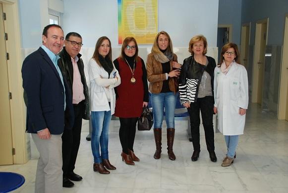 la delegada territorial de Igualdad, Salud y Políticas Sociales, Teresa Vega, en su visita a Santiago de Calatrava.