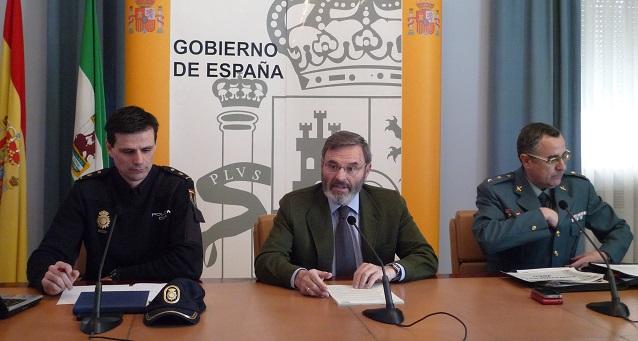 Juan Lillo, acompañado por el teniente coronel jefe de la Comandancia de la Guardia Civil, Luis Ortega, y el inspector jefe de la Brigada Provincial de Seguridad Ciudadana del CNP, Juan de Dios Piedra.