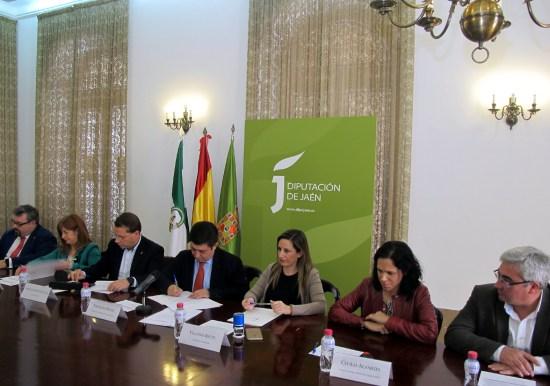 El alcalde de Andújar, Paco Huertas, asistió a la firma de estos convenios.