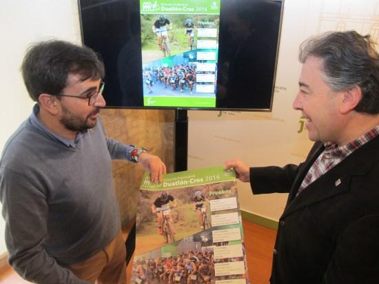 Juan Ángel Pérez y Joaquín Requena, con el cartel anunciador de este circuito.