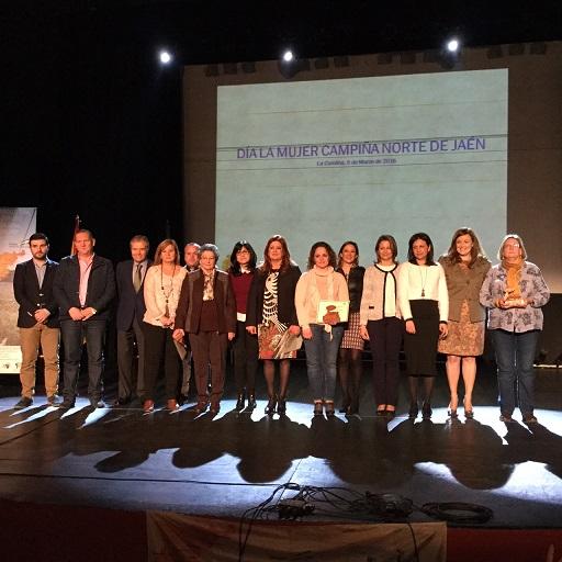 La delegada del Gobierno, Ana Cobo, junto a la alcaldesa carolinense, Yolanda Reche, la diputada de Igualdad, Francisca Medina, y la presidenta de Prodecan, Isabel Uceda, junto a los premiados.