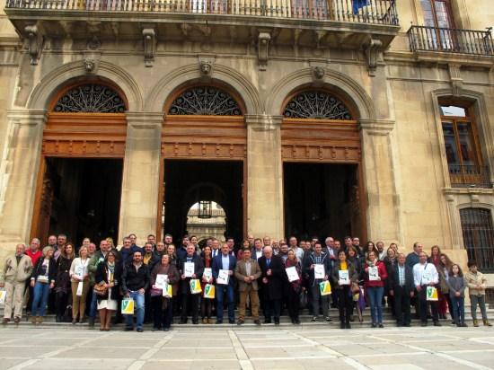 Foto de familia de los empresarios que han recibido las placas Degusta Jaén Calidad.