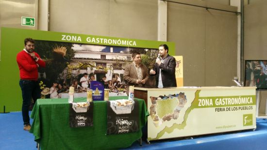 Francisco Reyes en la presentación de la Feria del Espárrago de Bedmar, con el alcalde a la izquierda de la imagen.