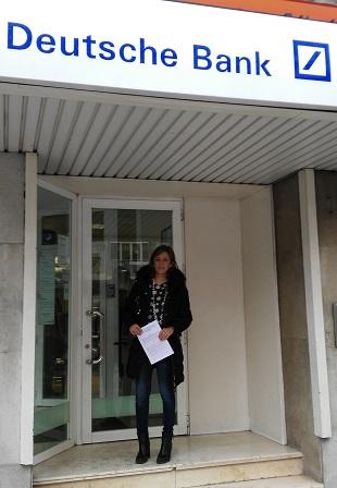 Encarna Camacho ante la oficina de DEUTSCHE BANK.
