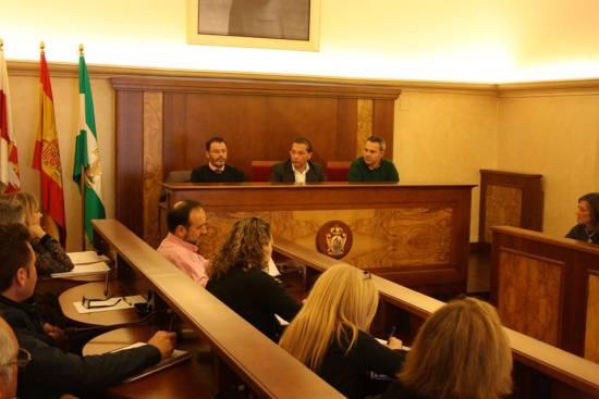 Integrantes de la Mesa de la Convivencia, ayer en el salón de plenos municipal. Foto: Ayto. Andújar.