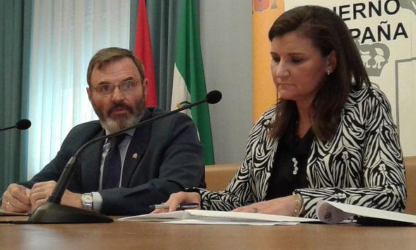 Juan Lillo ha estado acompañado por la directora provincial del SEPE, Carmen Fernández de Liencres.
