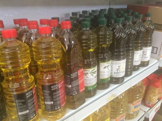 Botellas de aceite de oliva en un supermercado de la Comarca de Andújar.