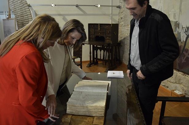La delegada del Gobierno, Ana Cobo, en la inauguración de esta exposición, junto a la delegada territorial de Cultura, Pilar Salazar, y el director del Archivo, Juan del Arco.
