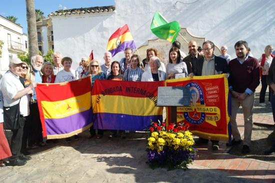 Foto de familia de autoridades y familiares de los brigadistas internacionales junto a la placa en el Jardín de la calle Doctor Fleming, de Lopera.