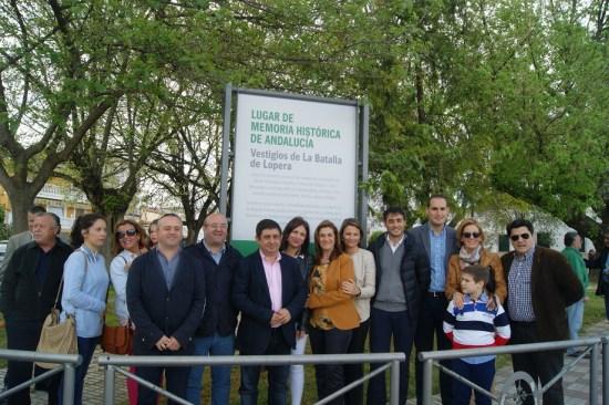 Foto de familia de todas las autoridades presentes en este acto público.