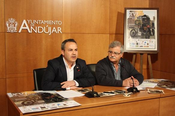 El Concejal de Turismo del Ayuntamiento de Andújar, Jesús del Moral, y el Secretario de la Asociación de Vehículos Históricos, Salvador Paulano.