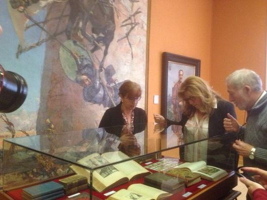 La delegada territorial de Cultura, Turismo y Deporte, Pilar Salazar, inaugura esta exposición sobre Cervantes.
