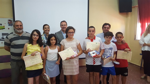 El alcalde de Porcuna, Miguel Moreno, junto a algunos ganadores de este certamen.