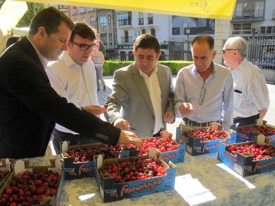 Pedro Bruno, Cristóbal Rodríguez, Francisco Reyes y Diego Montesinos degustan las cerezas de la provincia de Jaén.