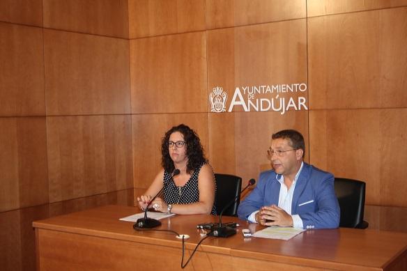 El alcalde de Andújar, Paco Huertas, junto a la concejala de Juventud, Nuria Rodríguez.