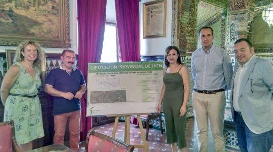 Carmen Torres, José Castro, Isabel Uceda y Juan Latorre, ante el panel explicativo de esta obra.