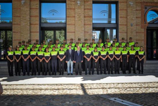 El consejero de Justicia e Interior, Emilio de Llera, junto a los nuevos Policías Locales.