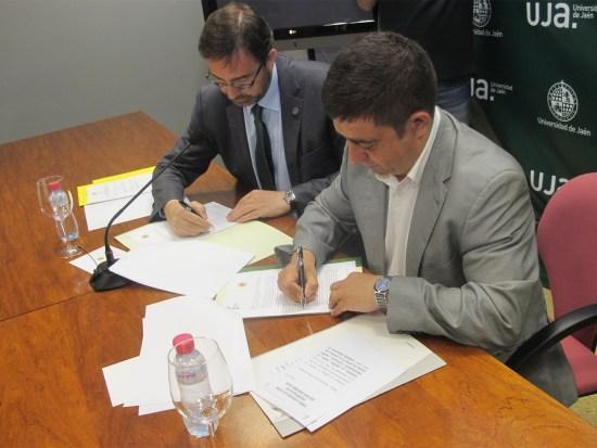 Juan Gómez y Francisco Reyes firman el convenio para el desarrollo del Predimed Plus.