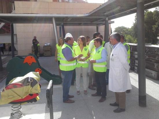 Ana Cobo y Francisco Reyes, en el centro, durante la visita a estas obras.